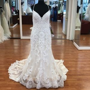 Ivory-almond wedding dress with lace floral print